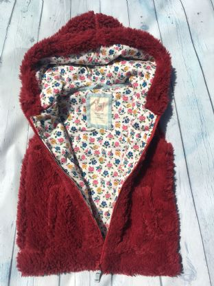 Mini Boden BRAND NEW IN PACKET fluffly claret coloured gillet with floral lining age 6-7